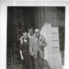 Fotografia antica: == HH295 - FOTOGRAFIA - PAREJA MAYOR CON UNA JOVEN - BARCELONA 1953. Lote 240106485