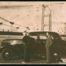 Photographie ancienne: 155 - COCHE CHEVROLET 1939 ? Y HOMBRES EN EL PUENTE - FOTO POSTAL 1940'. Lote 241264440