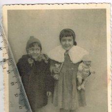 Fotografía antigua: 1951 FOTOGRAFÍA DE DOS NIÑAS CON UN MUÑECO FELICITANDO A SU TIO EN SU ONOMÁSTICA. Lote 241966605