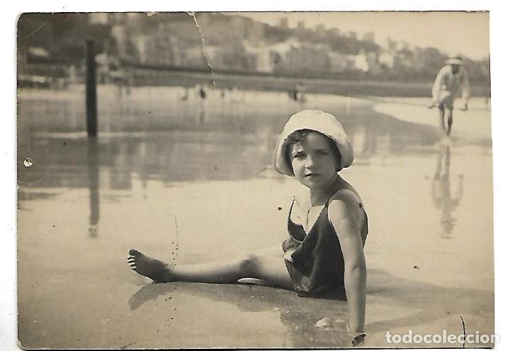 1R- BONITA FOTOGRAFIA ANTIGUA DE UNA NIÑA EN LA PLAYA CON SOMBRERO - FOTO - - - - - (Fotografía - Artística)