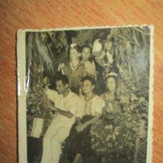 Fotografía antigua: FIESTAS DE VISTAHERMOSA ALICANTE 1948 FOTO ANTIGUA ESCRITOR VIÑES EN SU CHALET CON PEDRO GALIANA. Lote 243023730