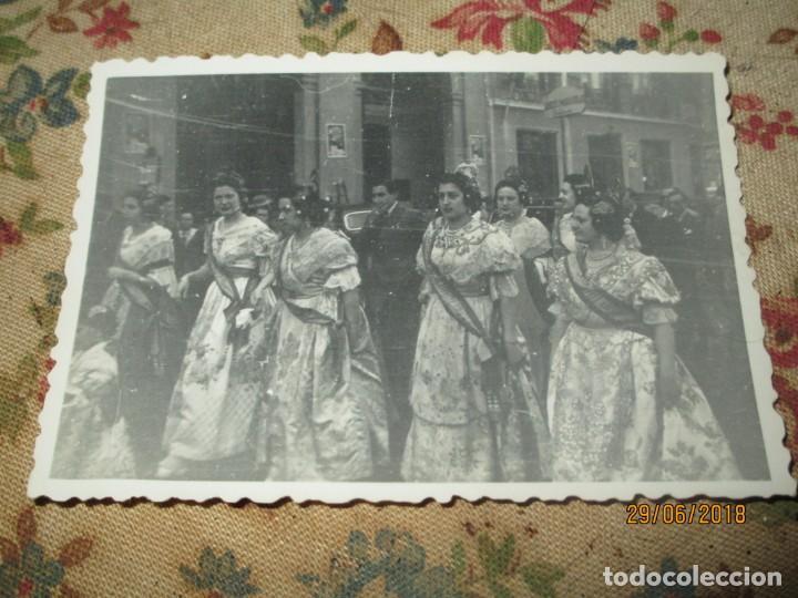 Fotografía antigua: VALENCIA FALLAS 1946 CON LOS PREMIOS POR LA CALLE FALLERAS - Foto 3 - 243104710