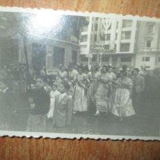 Fotografía antigua: FALLAS VALENCIA POR LAS CALLES FALLERAS 1949. Lote 243105290