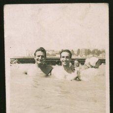 Fotografia antiga: 183 - JOVENES HOMBRES SEMI DESNUDOS ABRAZADOS EN EL AGUA - FOTO POSTAL 1950' INT. GAY. Lote 243599895
