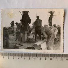 Fotografia antica: FOTO. PICAPEDREROS TRABAJANDO EN EL SOLAR DE LA IGLESIA MAYOR. CASTELLÓN, 13-10-1940.. Lote 244867230