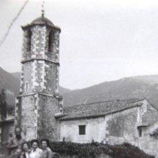 Fotografía antigua: F-5019. GUALBA (BARCELONA). EXCURSIONISTAS DELANTE DE LA IGLESIA DE SAN VICENTE. MAYO DE 1962.. Lote 245501950