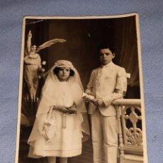 Fotografía antigua: ANTIGUA FOTOGRAFIA POSTAL DE ESTUDIO CON NIÑOS VESTIDOS DE COMUNION ORIGINAL AÑOS 20. Lote 245650065