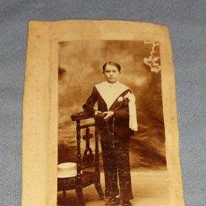 Fotografía antigua: ANTIGUA FOTOGRAFIA DE ESTUDIO CON NIÑO PEQUEÑO VESTIDO DE COMUNION ORIGINAL AÑOS 20. Lote 245650845