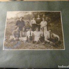 Fotografía antigua: ANTIGUA FOTOGRAFIA FOTO GRUPO AMIGOS , FAMILIAR . . 16 / 11 CM . PEGADA EN CARTON. Lote 245740005