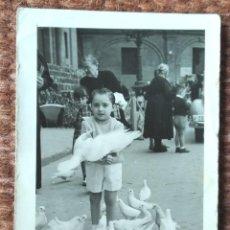 Fotografia antiga: NIÑO CON PALOMAS EN PLAZA DE LA VIRGEN - FOTO: RAMON - VALENCIA. Lote 247928845