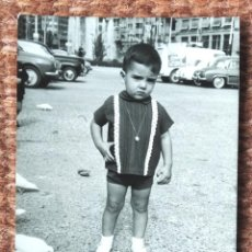 Fotografia antiga: NIÑO EN LA PLAZA DEL CAUDILLO - FOTO: ANTONIO INFANTE - VALENCIA. Lote 247938965