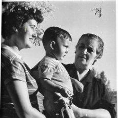 Fotografia antica: == HH207 - FOTOGRAFIA - DOS SEÑORAS CON UN NIÑITO . REQUENA 1955. Lote 249233325