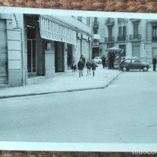 Fotografia antiga: VALENCIA - UNA CALLE - KIOSCO. Lote 249465030