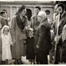 Fotografía antigua: SEVILLA-LA INFANTA ESPERANZA Y SUS AUGUSTOS HIJOS RECIBIDOS POR MIEMBROS DE LA Hª DE PASION.. Lote 251989820