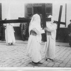 Fotografía antigua: SEVILLA-SEMANA SANTA-PENITENTES DE LA CANDELARIA?FOTO AGENCE ROL-PARIS DE 03-04-1931-TAMAÑO 16,30X12. Lote 251992680