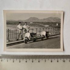 Fotografia antica: FOTO. DE VIAJE CON LA VESPA. FOTÓGRAFO?/. Lote 253876665