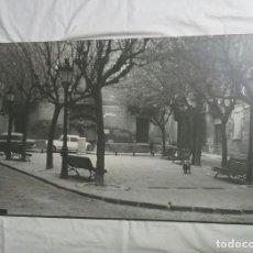 Fotografía antigua: VIC PLAÇA EL ESTUDIANT ANYS 70, FOTO ENTELADA BAÑON VIC. MED. 49 X 76 CM. Lote 254252020