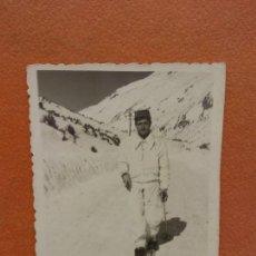 Photographie ancienne: ANTIGUA FOTOGRAFIA. HOMBRE EN LA NIEVE. Lote 254538810