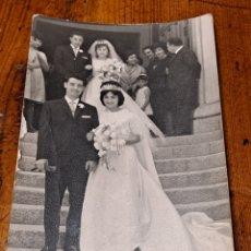 Fotografía antigua: PAREJA DE NOVIOS A LA PUERTA DE LA IGLESIA, AÑOS 50, FOTÓGRAFO GISBERT, MONTCADA I REIXACH. Lote 254810485