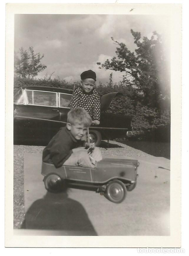 NIÑOS NIÑO JUGANDO COCHE JUGUETE A PEDALES FOTOGRAFIA 1945 COPENHAGUE DINAMARCA (Fotografía - Artística)