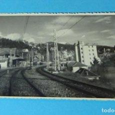 Fotografía antigua: FOTOGRAFÍA VISTA DE VÍAS ELECTRIFICADAS POR UNA POBLACIÓN. FOTO-REPORTAJES BARRACHINA. MADRID.. Lote 256933820