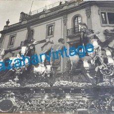 Fotografía antigua: SEMANA SANTA SEVILLA, 1948, CRISTO DE LAS TRES CAIDAS, TRIANA, FOT.LUIS ARENAS,50X60 CMS, ESTA SOBRE. Lote 257441885