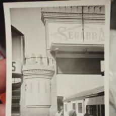 Fotografía antigua: SEGARRA FOTO PARTICULAR ANUNCIO EN PORTADA CURIOSA 10,7 X 7,5 CM AÑOS 70 APROX. Lote 257866465