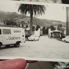 Fotografía antigua: SIDRA GAITERO FURGONETA REPARTO AÑOS 70 FOTO PARTICULAR 10,7 X 7,5 CM COCHES CLASICO SIMCA RENAULT. Lote 257868615