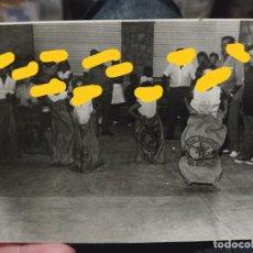 Fotografía antigua: CARRERA SACOS CASTELLON SELLO DORSO NIÑOS AÑOS 60 FOTO PARTICULAR 15 X 10,5 CM. Lote 257870305