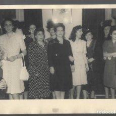 Fotografía antigua: 1R- ANTIGUA FOTOGRAFIA DE- UN GRUPO DE DAMAS EN UN EVENTO - FOTO- AÑOS 60. Lote 257882190