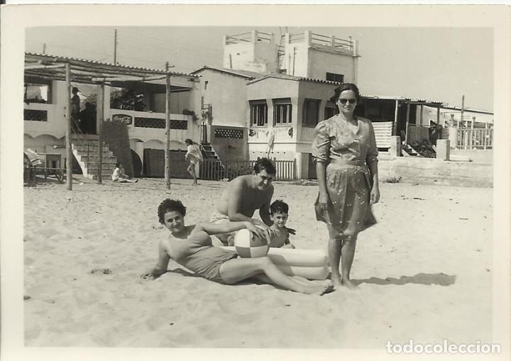BADALONA. 20 DE AGOSTO DE 1965. PLAYA. HOMBRE, NIÑO Y MUJER EN BAÑADOR, MUJER VESTIDA. 7,5X10,5 CM. (Fotografía - Artística)