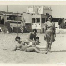 Fotografía antigua: BADALONA. 20 DE AGOSTO DE 1965. PLAYA. HOMBRE, NIÑO Y MUJER EN BAÑADOR, MUJER VESTIDA. 7,5X10,5 CM.. Lote 259773275