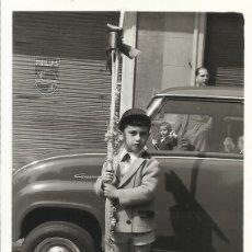 Fotografía antigua: BARCELONA. 11 DE ABRIL DE 1965. DOMINGO DE RAMOS. COCHE ÉPOCA. NIÑO CON PALMA. 10,5X7,5 CM.. Lote 259858555
