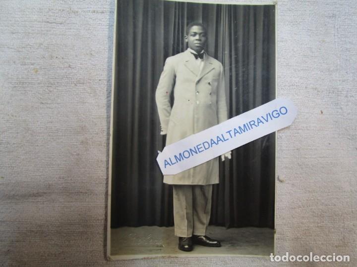 VIGO RETRATO CON SELLO SECO ' FOTO PACHECO VIGO ' 30'S - AFRICANO DE GALA, FORMATO POSTAL + INFO (Fotografía - Artística)