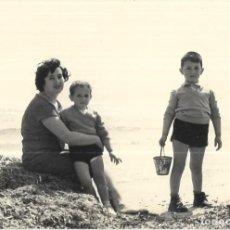 Fotografia antica: == GG22 - FOTOGRAFIA - SEÑORA CON SUS NIÑOS JUNTO AL MAR - 1959. Lote 261787325