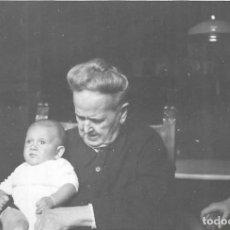 Fotografia antica: == GG71 - FOTOGRAFIA - SEÑORA CON BEBE EN BRAZOS - 1954. Lote 261882845