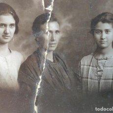 Fotografía antigua: FOTOGRAFÍA ANTIGUA J.LLOPIS VALENCIA-FAMILIA- SELLADA EN SECO. Lote 262077685