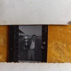 Fotografía antigua: DIRECTIVO AFICIONADO HÉRCULES DE ALICANTE FÚTBOL FOTO CELEBRACIÓN COPA ALICANTE. Lote 263173940