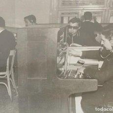Fotografía antigua: FOTOGRAFÍA ANTIGUA TRABAJADORES EN CENTRALITA TELÉFONO AÑOS 50. Lote 266388773