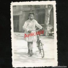Fotografia antica: ANTIGUA FOTOGRAFIA - NIÑA CON BICICLETA POR LA AVENIDA DEL CAUDILLO LÉRIDA (LLEIDA) - AÑOS 40 / 337. Lote 268462314