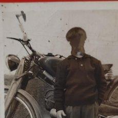 Fotografía antigua: MOTOCICLETA NIÑO ANTIGUA FOTO PARTICULAR 9 X 7 CMS DORSO ESCRITOS. Lote 268873049