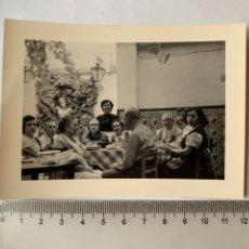 Fotografía antigua: FOTO. COMIDA FAMILIAR EN LA CASA DE GODELLA. VALENCIA. FOTÓGRAFO?. FECHA, JULIO 1957.. Lote 269468603