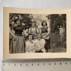 Fotografía antigua: FOTO. EN EL JARDÍN DE LA CASA DE GODELLA. VALENCIA. FOTÓGRAFO?. FECHA, JULIO 1957.. Lote 269468918