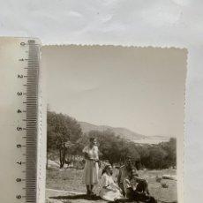 Fotografía antigua: FOTO. AQUELLAS EXCURSIONES DE LAS PAREJAS DE NOVIOS. FOTÓGRAFO?. AÑO 1950.. Lote 269469303