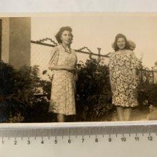 Fotografía antigua: FOTO. DOS HERMANAS. FOTÓGRAFO?. FECHA, AGOSTO 1942.. Lote 269469993