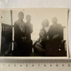Fotografía antigua: FOTO. EN LA TERRAZA DE LA CASA. RECUERDO FAMILIAR. FOTOGRAFO?. FECHA, AGOSTO 1948.. Lote 269470343