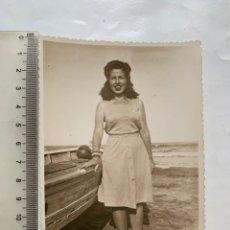 Fotografía antigua: FOTO. TARDE DE PLAYA. JUNTO A LA BARCA. FOTÓGRAFO?. FECHA, 11 SEPTIEMBRE 1947.. Lote 269470968