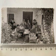 Fotografía antigua: FOTO. SOBREMESA EN LA CASA DEL PLA. VALENCIA. FOTÓGRAFO?.AÑO 1966.. Lote 269472228