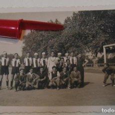 Fotografía antigua: ANTIGUA FOTO FOTOGRAFIA EQUIPO DE FUTBOL DE VILANOVA I LA GELTRU AÑOS 40 (21-6). Lote 269991238