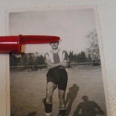 Fotografía antigua: ANTIGUA FOTO FOTOGRAFIA EQUIPO DE FUTBOL , FUTBOLISTA DE VILANOVA I LA GELTRU AÑOS 40 (21-6). Lote 269991333
